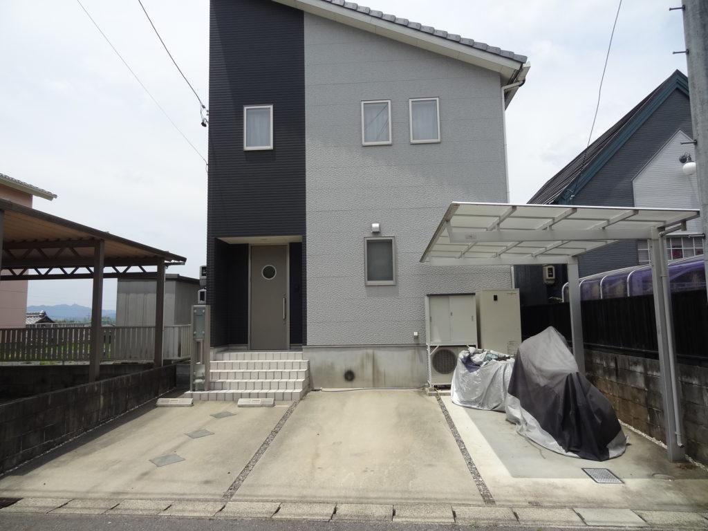 太陽光発電売電収入あり。 広いウッドデッキからの眺めの良い家。